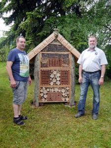 Insektenhotel mit Erbauern